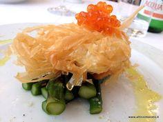 Uovo poché in nido di pasta fillo con asparagi e uova di salmone Balik
