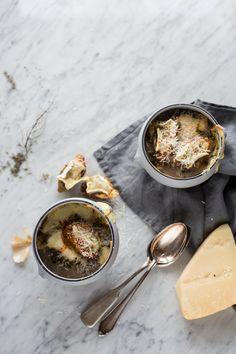 Zupa cebulowa na tłuszczu z kaczki z koniakiem i serowymi grzankami z wędzoną papryką // Onion soup on duck fat with cognac and cheese croutons with smoked pepper