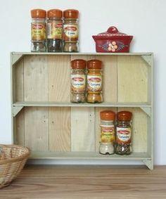 comment construire une petite étagère à épices à partir de bois de cagettes  http://www.espritcabane.com/decoration/idees-deco/etagere-epices/