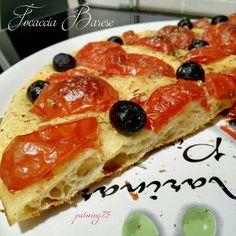 Focaccia Barese di semola e lievito madre, pomodori e olive nere