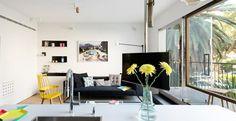 Apartamento de 50 metros cuadrados de planta abierta, con silla Comback de @kartelldesign,  diseño de Patricia Urquiola