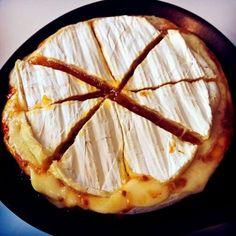 Friterad camembert med hjortronsylt är en klassiker. Här förnyar och förenklar vi med brie som värms i ugnen, med hjortronsylten inuti osten.