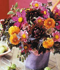 Herbststrauß aus Dahlien, Hortensien und Brombeeren