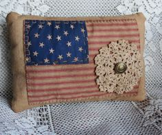 Would work with any flag -Primitive American Flag Pillow Americana Crafts, Patriotic Crafts, Country Crafts, July Crafts, Primitive Crafts, Patriotic Quilts, Fabric Crafts, Sewing Crafts, Sewing Ideas