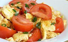 Huevos revueltos con tomate y cebolla de verdeo
