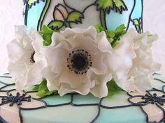 This tutorial gives you instructions on how to create the flowers in the centre of stained glass cake