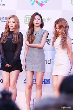 Fans stunned by Seulgi's classy and sexy red carpet look. Red Velvet Dress, Red Velvet Seulgi, S Girls, Kpop Girls, Kpop Fashion, Girl Fashion, Kawaii Fashion, Ulzzang, Wendy Red Velvet