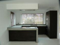 Gorgeous black kitchen with concrete worktop Black Kitchens, Home Kitchens, Kitchen Black, Tadelakt, Küchen Design, Interior Design Living Room, Architecture Design, Kitchen Decor, New Homes