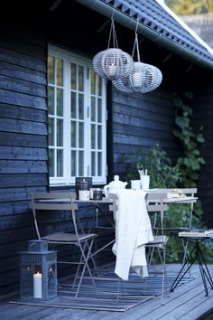 Terrasse inspiration - 20 skønne eksempler her Outdoor Seating Areas, Outdoor Dining, Outdoor Spaces, Outdoor Decor, Dining Table, Porches, Garden Cottage, Scandinavian Living, Fresco