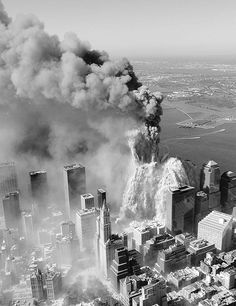 Aerial pictures, many never seen before, of the September 11 2001 attacks on the World Trade Center in New York City. 911 Never Forget, Lest We Forget, Photographie New York, 11 September 2001, Historia Universal, Flatiron Building, World History, Historical Photos, American History