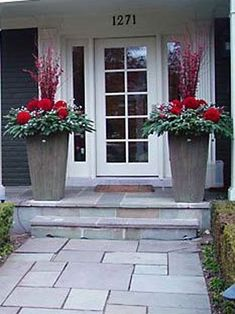 Design 101 - Holiday Decorating with Empty Planters Outdoor Christmas Planters, Christmas Urns, Christmas Front Doors, Christmas Garden, Outdoor Christmas Decorations, Christmas Holidays, Christmas Wreaths, Outdoor Planters, Antique Christmas