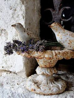 Super bird houses in garden cottages ana rosa ideas French Cottage, French Country House, Lavender Cottage, Garden Urns, Rusty Garden, Balcony Garden, Boho Vintage, Ivy House, House Roof