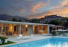 Mid-century architecture: Mid-century modern architecture projects in Palm Springs Palm Springs Häuser, Palm Springs Style, Bungalow, Casa Retro, Moderne Pools, Desert Homes, Destinations, Mid Century House, Spring Home