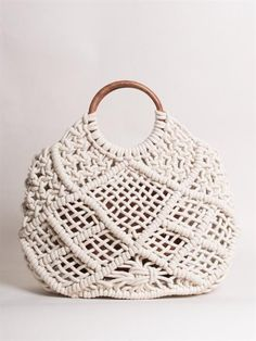 - – Vintage style tote bag that has been hand made with macrame cotton rope – Solid timber handles – Tote comes with detachable canvas zipped pouch – Generous size – wide, high, wide Composition: Macrame cotton rope, Wooden handles, Canvas pouch. Macrame Purse, Macrame Knots, Diy Bags Purses, Diy Purse, Diy Crochet, Stella Bag, Techniques Couture, Macrame Tutorial, Diy Accessories