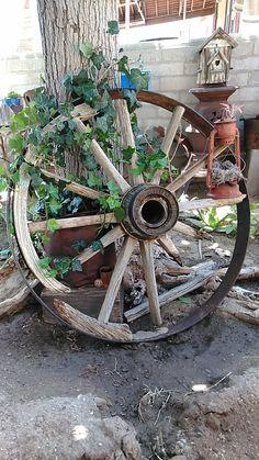 Herbst Deko - All For Garden Wagon Wheel Decor, Rustic Garden Decor, Barn Pictures, Old Wagons, Country Barns, Garden Yard Ideas, Yard Design, Outdoor Projects, Garden Styles