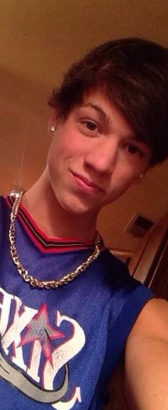 Guess who has 2 thumbs and a broken arm.... Taylor caniff does....-Alexa