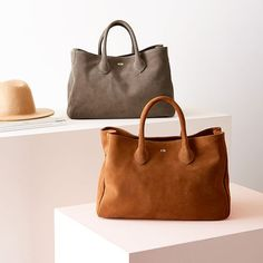 Meet our new everyday tote in stunning Italian suede. Handmade in Turkey, this relaxed tote is crafted from beautifully soft vegetable-tanned Italian suede that elevates this classic carryall design into a daily essential that is effortlessly styl… Fall Handbags, Suede Handbags, Best Handbags, Luxury Handbags, Purses And Handbags, Popular Purses, Popular Handbags, Handbag Stores, Tote Bag