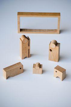 IT822 SACRA FAMIGLIA  Design Vito Cappellari  Christmas Crib - Un puzzle in legno di quercia raffigurante un presepe completo di tutti i suoi personaggi, contenuto in una scatola di 15cm x 8cm x h. 3,5cm.