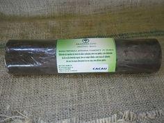 """Elaborada da semente do Cacaueiro – Cacau, e da massa vegetal """"saponina"""" para sabonete da Amazônia Fito, a semente do cacaueiro é triturada e torrada, após sofrerem fermentação, transformam-se em amêndoas, das quais são produzidos o cacau em pó e a manteiga de cacau. Em fase posterior do processamento, obtém-se o chocolate, produto de alto valor energético."""