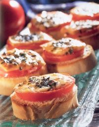 French bread with percorino and tomatoes Appetizer Recipes, Snack Recipes, Bruchetta, Tasty, Yummy Food, Healthy Food, Buffet, Dutch Recipes, Party Snacks