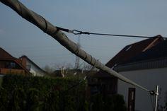 Das eingerollte Segel ist geschützt vor Sturm und Regen. Im Winter kann es in dieser Position einfach abgenommen werden. Utility Pole, Architecture, Winter, Patio, Sun Sails, Solar Shades, Rain, Simple, Arquitetura