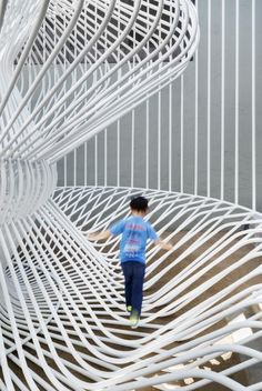 This Whimsical Cage Redefines Public Space - Folly is a word not often used in architecture. By definition, 'folly' is a lack of good sense, - Installation Architecture, Installation Art, Architecture Design, Architecture Diagrams, Architecture Portfolio, Open Space Architecture, Landscape Architecture, Urban Furniture, Street Furniture