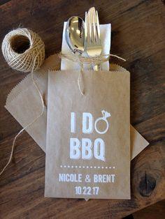 Gebruik deze aangepaste papier gebruiksvoorwerp houders voor bruiloft of engagement barbecues & partijen. Bestek tassen maken een geweldige manier om uw tabellen aankleden & Voeg een persoonlijk tintje aan uw feest! Onze gebruiksvoorwerp mouwen zijn de perfecte maat te houden van de