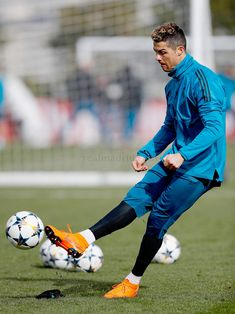 """"""" I always say the same thing: I am a Madrid fan and I will defend this badge until the death because it's the club I love the most """" Cristiano Ronaldo Training, Cristiano Ronaldo Juventus, Cristiano Ronaldo Cr7, Neymar, Cristano Ronaldo, Ronaldo Football, Soccer Guys, Football Players, Cristiano Ronaldo Wallpapers"""