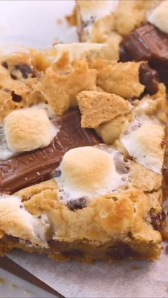 Healthy Dessert Recipes 816770082406944960 - Gooey s'mores bars filled with a graham cracker crust and loaded with chocolate chips, marshmallows and chocolate candy bar pieces. The ultimate cookie bar recipe that is out of this world! Source by ehvoilaaa Yummy Treats, Sweet Treats, Yummy Food, Recipe Treats, Yummy Snacks, Tasty, Smores Dessert, Smores Bar Recipe, Cannoli Dessert