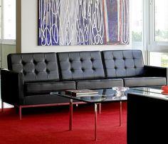 Sofá FK1, Florence Knoll, 1954.  Como tantos de seus projetos inovadores, que se tornaram o padrão ouro para a indústria de 1954, a coleção de Florence Knoll, consiste em um design que é o alinhamento do assento e encosto à uma armação de metal exposto.