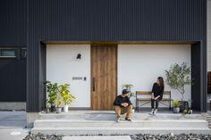 . 黒のガルバリウムと白の塗り壁、 そしてモルタルで構成された外観。 . 何気なく置かれたプランツやベンチが素敵です。 . 他にも沢山のお家をホームページでご紹介しています。 @collabo_house からご覧ください。 #外観 #ファサード #ガルバリウム #黒 #塗り壁… Entrance Design, Facade Design, Entrance Doors, House Design, Shop Interior Design, Store Design, Shop Facade, Compact House, Small Buildings