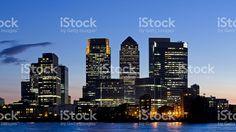 Vue sur le quartier de Canary Wharf, à Londres, au coucher du soleil – banque…
