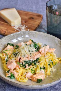 Laxpasta med spenat   Elina & Mickes mat Fish Recipes, Pasta Recipes, Great Recipes, Dinner Recipes, Cooking Recipes, Enjoy Your Meal, Plat Simple, Vegetarian Recipes, Healthy Recipes