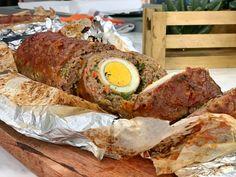 Ρολό κιμά στο φούρνο, με αυγά και μπέικον, ένα πλούσιο και λαχταριστό φαγητό, γεμάτο γεύση και αρώματα! Μια υπέροχη συνταγή, που αρέσει σε όλους! Greek Recipes, Sausage, Pork, Eggs, Meat, Breakfast, Youtube, Kale Stir Fry, Morning Coffee