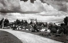 Los alrededores del Parque San Martín, más conocido como Parque México, en una fotografía cercana a 1930, pocos años después de su construcción. Se distinguen el puente y la fuente que aún existen, y entre la vegetación sobresale el Edificio Bella Vista, situado en el número 174 de la avenida Sonora. Una perspectiva difícil de reconocer en nuestros días FOTO: Archivo Fotográfico Manuel Ramos