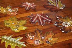 Rapídne sa nám zjesenieva... lístie padá... Jeden septembrový žurnál o maľovaní na listy ma tak inšpiroval, že maľovaných listov boli na konci sezóny plné koše...