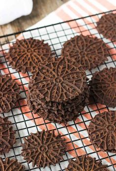 Dark Chocolate Pizzelle Dark Chocolate Pizzelle – rich and crispy pizzelle cookies that are simple to make! These Italian cookies have a deep dark chocolate taste – perfect for Christmas or year-round cookie trays. Pizzelle Cookies, Cake Cookies, Biscotti Cookies, Chocolate Pizzelle Recipe, Chocolate Cookies, Chocolate Roulade, Italian Cookie Recipes, Italian Cookies, Decorated Cookies