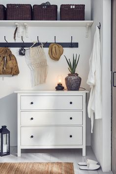 Traditional style and modern function - IKEA Germany Ikea Malm, Home Decor Quotes, Home Decor Pictures, Bedroom Dressers, Dresser As Nightstand, Nightstands, Unique Home Decor, Diy Home Decor, Bedrooms