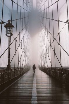 beautiful photo of man on NYC Brooklyn Bridge-photographer unknown Foto Flash, Vsco Film, Art Plastique, Brooklyn Bridge, Brooklyn Nyc, Belle Photo, Black And White Photography, Street Photography, Travel Photography