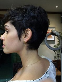 Maria Flor (Foto: Divulgação) Pixie Hairstyles, Pixie Haircut, Cute Hairstyles, Brunette Pixie, Curly Hair Styles, Natural Hair Styles, Great Hair, Pixie Cut, Hair Dos