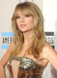 Taylor Swift Stuns in Gold at AMAs