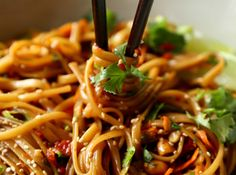 A bowl of spicy Thai noodles that is ready in 20 minutes! - A bowl recipe of spicy Thai noodles to add to your favorites! Spicy Thai Noodles, Beef And Noodles, Top Recipes, Asian Recipes, Healthy Recipes, Ethnic Recipes, Healthy Food, Beef Noodle Stir Fry, Noodle Recipes
