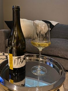 Chablis Wine, Alcohol Aesthetic, White Wine, Wines, Alcoholic Drinks, Food And Drink, Chef's Table, Dream Cars, Glass