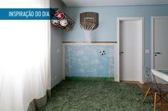 Com tapete de grama sintética e um gol pintado na parede, o ambiente se tornou um espaço de brincadeira dentro do apartamento. Com um tapete de grama sintética, um gol pintado na parede e uma cesta de basquete, o ambiente se tornou um espaço para os meninos praticarem esportes dentro do apartamento. As paredes azuis e o piso de madeira deixam o quarto – que também é um espaço de estudo – tranquilo e aconchegante.