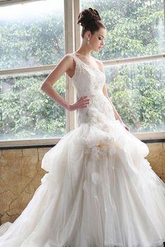 Saison Blanche modern stylish one-shoulder wedding gown