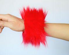 Rode pluizig Rave pols Bands gratis verzending: Handgemaakte namaakbont pols manchetten voor Raves, EDC kostuums, Halloween, Fluffies