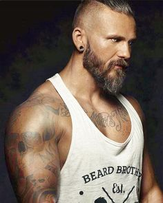 Big muscles, tattoos, that lovely beard, and those beautiful silver eyes. Oh my lawd! Hairy Men, Bearded Men, Pelo Hipster, Bart Tattoo, Beard Pictures, Poses References, Inked Men, Gray Eyes, Awesome Beards