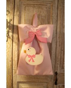 Fiocco nascita in piquè di cotone rosa, pendant papera con fiocco in legno dipinto