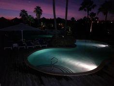 het zwembad bij avond