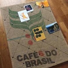 Pinnwand aus einem Kaffeesack - DIY Anleitung auf upcyclers.at Burlap Coffee Bags, Coffee Bean Bags, Coffee Sacks, Upcycled Crafts, Cute Crafts, Diy And Crafts, Shabby Vintage, Diy Bean Bag, Pom Pom Flowers
